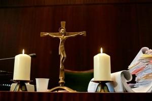 19.08.28 Schwurgarnituren (crocefisso e candele) in aule giudiziarie - Copia