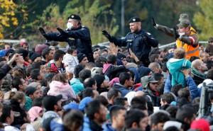 20.03.02 Spielfeld 2015, profughi al confine