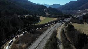 20.03.12 Valico autostrada Tarvisio, camion in coda verso area doganale