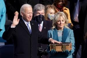 21.01.21 Joe Biden giura su Bibbia 1893; moglie Jill