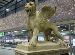 14.12.03 098 Vienna, Stazione centrale (Hauptbahnhof); leone di S. Marco nell'atrio - Copia