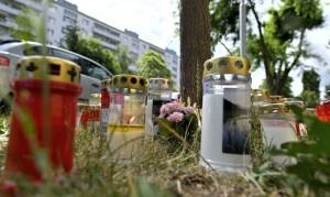 21.07.01 Vienna; lumini e fiori su luogo ritrovamento ragazza assassinata Donaustadt