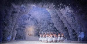 """Una scena di """"Lo schiaccianoci"""" con le scene e i costumi  di Margherita Palli al Teatro alla Scala"""