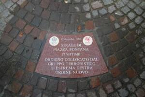 Una delle 18 formelle poste in piazza Fontana a Milano a memoria della strage: in questa si ricorda che  la bomba fu un atto del terrorismo nero