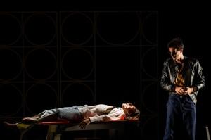 """Una scena di """"Vaudeville!""""al Teatro Franco Parenti di Milano"""