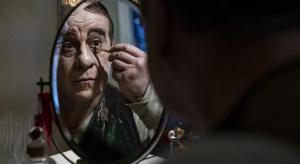 Toni Servillo nel ruolo di Eduardo Scarpetta che si sta truccando per il ruolo di Felice Sciosciammocca