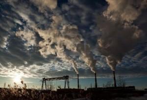 9393402-paesaggio-industriale-cielo-con-nuvole-il-fumo-dai-camini-delle-centrali-termoelettriche
