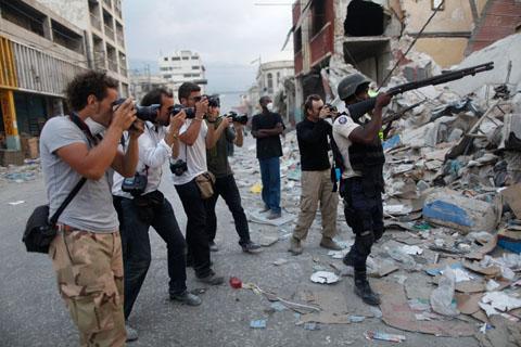 Rodrigo Abd (ap) - Un poliziotto prende di mira i razziatori a Port-au-Prince, 26 gennaio 2010