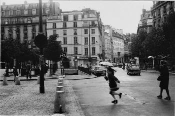 Bambina in place Saint Sulpice, 1974. Fotografia di Pierre Getzler (g.s. Voland editore)