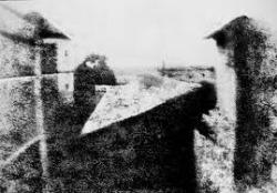 """La """"Veduta dalla finestra di Gras"""" di Joseph Nicéphore Niépce (1926), ritenuta """"la prima fotografia della storia"""""""