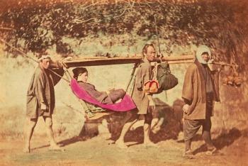 Felice Beato, Giappone, Portatori di Kango, ca. 1866. Stampa all'albumina colorata a mano