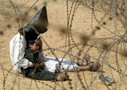 Jean-Marc Bouju, Iraq. An Iraqi man comforts his four-year-old son at a holding center for prisoners of war, in the base camp of the US Army 101st Airborne Division near An Najaf. The boy had become terrified when, according to orders, his father was hooded and handcuffed. Foto vincitrice del WPP 2003