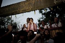 """Yangon, Birmania, novembre 2010. """"Non è un'immagine che fa sobbalzare, ma c'è dentro tutta la mia emozione. Ero lì quando per la prima volta Aung San Suu Kyi fu liberata dagli arresti domiciliari, sbucò così sopra la cancellata, le mani strette alle sbarre acuminate, sul viso un sorriso da bambina felice. Lo ero anch'io»."""