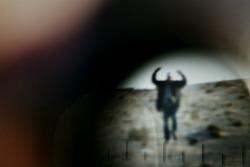 """Libia, aprile 2011. """"In quelle settimane la rivolta era bloccata. Giornate intere a scrutare il nemico. Il binocolo era l'arma da guerra più importante in quei giorni, una guerra fatta con gli occhi. È stato quasi un esperimento: ho fotografato dentro i binocoli militari, cercando di vedere la guerra coi loro occhi, ben sapendo che un fotografo sta sempre un passo indietro""""."""