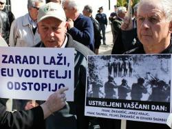 """Protesta davanti all'ambasciata italiana di Lubiana, dal """"Primorski dnevnik"""""""