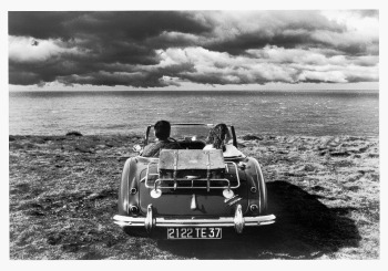 «Un'autocitazione. La prima fotografia della macchina di fronte al mare la presi in Gran Bretagna nel '77, e non ho mai davvero capito perché sia diventata forse la mia più famosa, mi piace ma non ci vedo molto, ne amo di più altre. Vent'anni dopo, dall'altra parte della Manica, in Normandia, trovai questa macchinina nella stessa posa. Non ho resistito. Questa è anche meglio della prima, il cielo è più scolpito, la macchina più pittoresca, ma lo so già che non diventerà famosa».