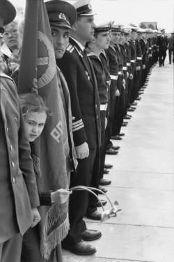 Henri Cartier-Bresson, Cerimonia di commemorazione della vittoria sul Nazismo, Leningrado, Unione Sovietica, 9 maggio 1973. © Henri Cartier-Bresson/Magnum Photos/Contrasto