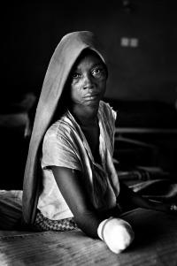 """Sierra Leone, 1995 Ho incontrato questa donna brutalmente mutilata a colpi di machete nell'ospedale di Freetown, nel 1995. Divampava una feroce guerra per il controllo delle aree diamantifere e dove le guarnigioni di ribelli formate da banditi erano affiancate da mercenari dell'executive outcome che sparavano su qualsiasi cosa si muovesse. I civili in fuga dall'orrore e dalla fame venivano spesso mutilati o uccisi dalle armi degli uni o degli altri. Una fotografia, un ritratto, uno sguardo che racchiude un mondo di sofferenze e di ingiustizie, che annuncia la disumanizzazione dell'uomo avido di ricchezze. Vista sui provini, """"casualmente"""", questa foto mi rimanda a uno dei miei quadri preferiti, L'annuziata di Antonello da Messina."""