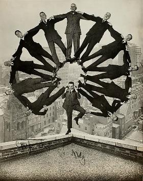 Anonimo, Uomo sul tetto con undici uomini in formazione sulle spalle, c. 1930. George Eastman House, International Museum of Photography and Film, Rochester