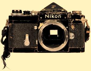 La fotocamera di Don McCullin, colpita da una pallottola in Cambogia