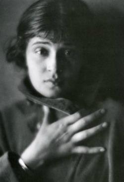 Tina Modotti, foto di Edward Weston, 1921, da Wikimedia Commons