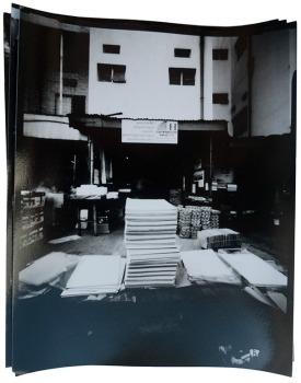 Andrea Stultiens, Materiale grezzo, A sinistra negozio di ferramenta, a destra commerciante di cartoleria e materiale da stampa. Nakasero e Nasser Road, Kampala 2012. Andrea Stultiens, g.c. GD4art