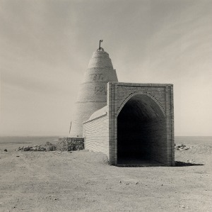 Lynn Davis, Iran, Ice house, road to Shiraz 2001, Lynn Davis, g.c.