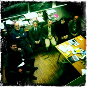 Gabriele Basilico nel suo studio, con alcuni amici. Foto di Cristina Paglionico