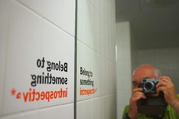 Michele Smargiassi, Autoritratto nei bagni del MoMa, 2012, licenza Creative Commons
