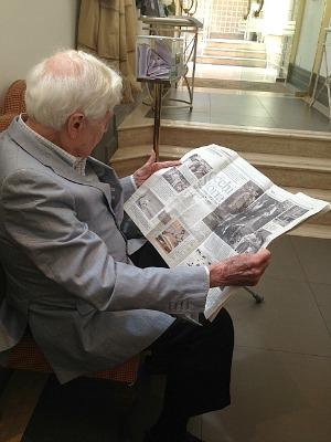 John Morris legge la versione cartacea di questo articolo, Roma 8 luglio 2013, foto di Valentina Notarberardino