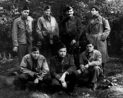 Lo staff di Life radunato a Londra prima dello sbarco in Normandia. Da sinisstra a destra e dall'alto al basso: Robert Capa, Frank Scherschel, George Rodger, Bob Landry; bottom left to right: Ralph Morse, John G. Morris, David E. Scherman.