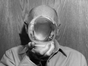 Alec Soth, Riparatore di sfere con la neve, Northfield, Minnesota Alec Soth / Magnum Photos, g.c.