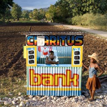 Un bureau de borlette. Deux milliards de dollars sont investis chaque année par les Haïtiens dans ces loteries privées, près d'un quart du PIB national. Elles sont souvent appelées « banques » parce que les classes défavorisées y investissent leur argent. Camp Perrin, 201