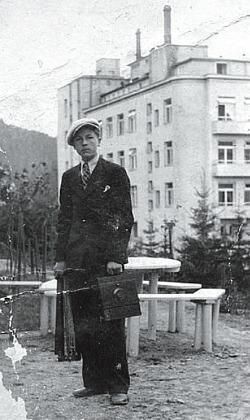 Wilhelm Brasse in un ritratto giovanile (dal volume Il fotografo di Auschwitz)