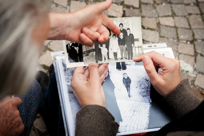 """Mattia Gallo, I genitori del """"bambino di Scanno"""" confrontano la foto di Giacomelli con l'album di famiglia. ® Mattia Gallo, g.c."""