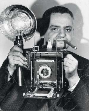 Anonimo Il fotografo americano di origine polacca Arthur Fellig con la sua macchina fotografica Speed Graphic, dicembre 1943 Stampa ai sali d'argento, 24,1 x 19,1 cm New York, International Center of Photography © Epics / 2010 Getty Images