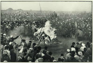 Henri Cartier-Bresson, I funerali di Gandhi, 1948, © Henri Cartier-Bresson/Magnum Photos/Contrasto, g.c.
