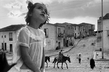 Sergio Larrain, Main street of Corleone, Sicily, 1959.  © Sergio Larrain / Magnum Photos, g.c.