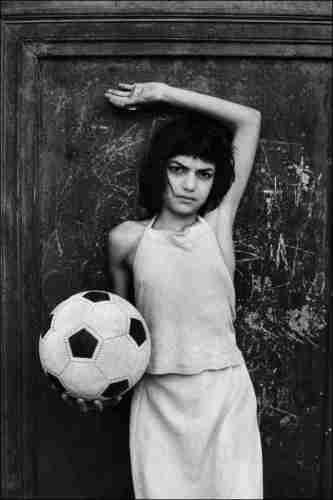 01 – Letizia Battaglia, La bambina con il pallone, Quartiere La Cala, 1980, Palermo © Letizia Battaglia