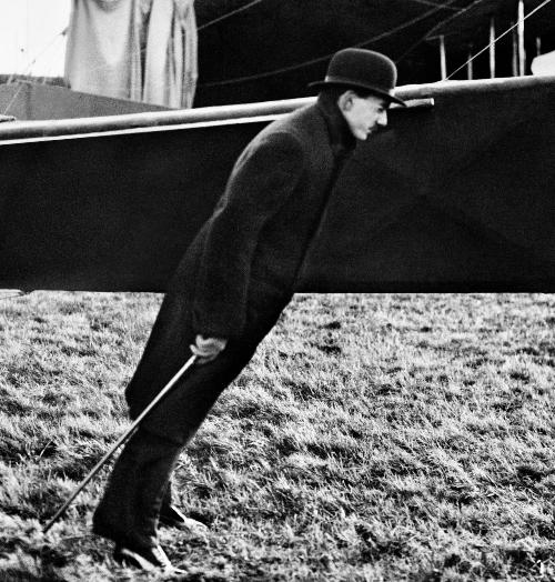 10. Maurice Lartigue, le frère de l_artiste, surnommé Zissou, dans le vent de l_hélice d_Amerigo, Buc, 1911