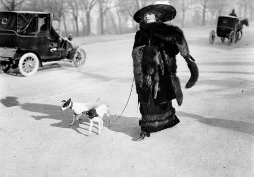 2. Anna la Pradvina, aussi appelée _La femme aux renards_, Avenue du Bois, Paris, 1911