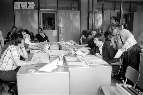 09348_004 Redattore capo Totò Di Mauro al telefono che raccoglie i risultati elettorali