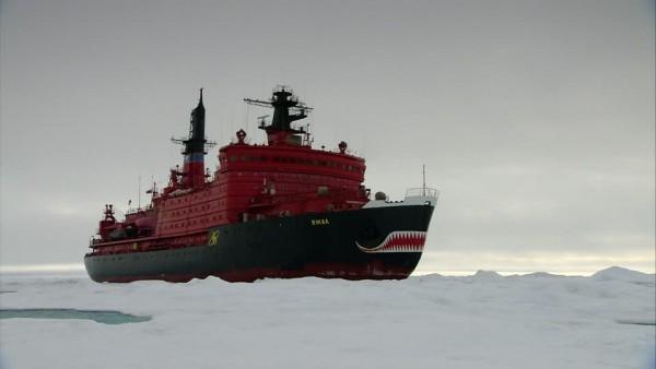 473079101-nave-rompighiaccio-passaggio-a-nord-est-paesaggio-di-ghiaccio-artide
