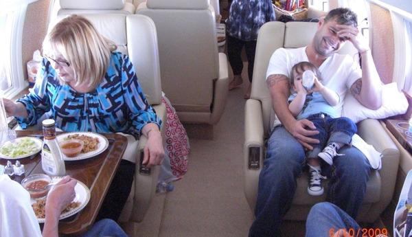 In aereo con mia madre e i miei bambini