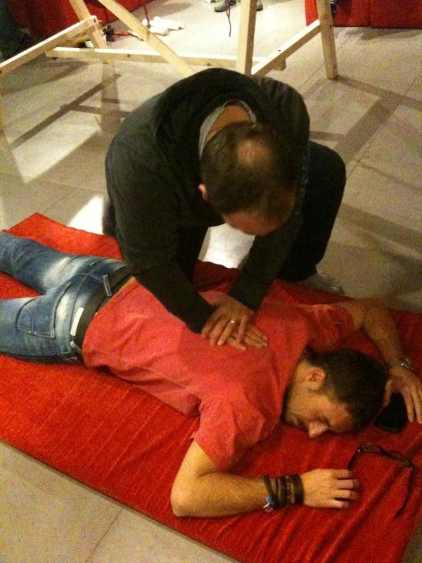 Nel frattempo Lele si gode un massaggio Shiatsu
