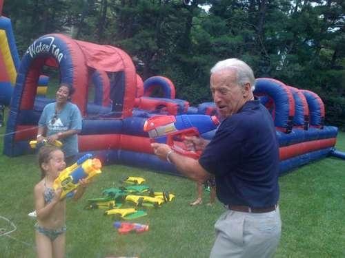Fucili ad acqua. Biden e la nipotina Natalie, figlia del primogenito Beau