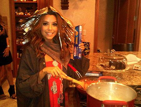 Pensate che io sia una Casalinga Disperata? Cucino e mi tingo i capelli nello stesso momento! Ha!