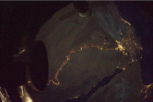 Il Cairo e il fiume Nilo (dove sono le piramidi?) come si vede dalla ISS!  Credit: ESA/NASA