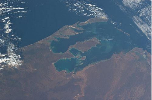 Vista dall'ISS. In quale parte del mondo siamo? Indicazione: non c'e' neve qui!