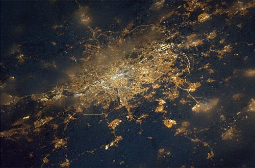 Qual è questa citta' capitale di stato in Europa?  Credit: ESA/NASA